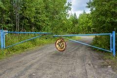 Poort verboden plaats van oude verlaten controlepost in de zomerbos royalty-vrije stock fotografie