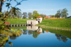 poorten aan beroemde die Kastellet of Citadel in kalm water wordt weerspiegeld, stock fotografie