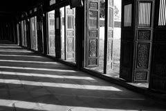 Poorten in de tempel van Vietnam met schaduwen en licht royalty-vrije stock fotografie