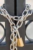 Poorten met een ketting en een hangslot worden gesloten dat Royalty-vrije Stock Afbeeldingen