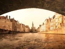 Poortersloge, aka Burghers brengt, bij Spiegelrei-kanaal in Brugge, België onder stock foto