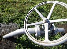 poortklep voor het sluiten van de gaslevering in de faciliteit van de gasopslag Stock Foto's