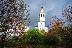 Poortklokketoren met de Kerk van Aartsengel Michael in Zilantov het Heilige Dormition-klooster stock afbeelding