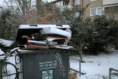 Pop afval het geen verwijderde gepaste o-weer van sneeuwdalingen stock foto