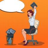 Pop Art Angry Business Woman Throwing-Laptop aan de Afvalbak Spanning op het werk Royalty-vrije Stock Afbeelding