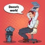 Pop Art Angry Businessman Crashes Laptop Spanning op het Bureauwerk Stock Afbeelding