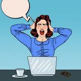 Pop Art Angry Frustrated Woman Screaming aan het Bureauwerk Stock Foto
