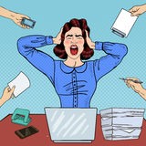 Pop Art Angry Frustrated Woman Screaming på kontorsarbete Arkivbilder