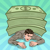 Pop Art Businessman Crushed door Reusachtige Stapel van Contant geld vector illustratie