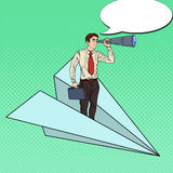 Pop Art Businessman Flying Paper Plane och se i kikare Royaltyfri Fotografi