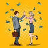 Pop Art Businessman Giving High Five aan Bedrijfsvrouw Het vallen onderaan Geld Stock Afbeeldingen