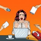 Pop Art Crying Stressed Business Woman som skriker på mång- Taskingkontorsarbete Arkivbilder