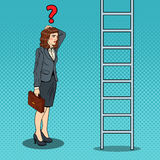 Pop Art Doubtful Business Woman Looking omhoog bij Ladder royalty-vrije illustratie