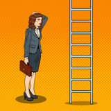 Pop Art Doubtful Business Woman Looking omhoog bij Ladder stock illustratie