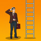 Pop Art Doubtful Businessman Looking Up bij Ladder royalty-vrije illustratie