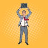 Pop Art Happy Businessman Holding Laptop ovanför hans huvud stock illustrationer