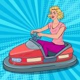 Pop Art Joyful Woman Riding Bumper-Auto bij Pretmarkt Meisje in Elektrische Auto bij Pretpark stock illustratie