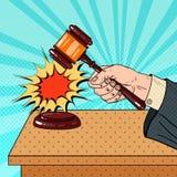 Pop Art Judge Hitting Wooden Gavel i en rättssal Royaltyfri Fotografi