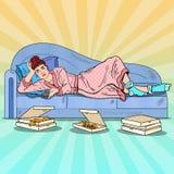 Pop Art Lazy Woman Lying op Bank en het Letten op TV met Pizza stock illustratie