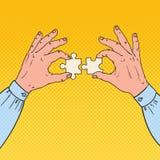 Pop Art Male Hands Holding Two-Raadselstukken Bedrijfsoplossingsconcept Stock Afbeelding