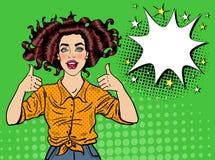 Pop Art Pretty Woman Posing met Duim ondertekent omhoog Blije Meisjes Uitstekende Affiche met Grappige Toespraakbel Speld omhoog stock illustratie