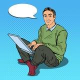 Pop Art Smiling Young Man Working met Laptop royalty-vrije illustratie