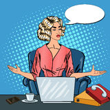 Pop Art Stressed Business Woman met Laptop op het Multi het Belasten Bureauwerk Royalty-vrije Stock Foto's