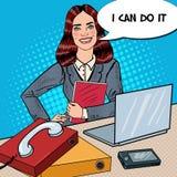 Pop Art Successful Business Woman aan het Bureauwerk met Laptop Royalty-vrije Stock Afbeelding