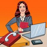 Pop Art Successful Business Woman aan het Bureauwerk met Laptop Stock Afbeeldingen