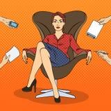 Pop Art Successful Business Woman Sitting als Luxevoorzitter op het Multi het Belasten Bureauwerk vector illustratie