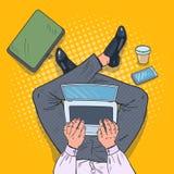 Pop Art Top View Man Sitting med bärbara datorn på golvet vektor illustrationer
