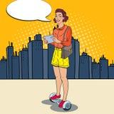 Pop Art Woman Riding Gyroscooter i staden Själv-balansera stads- transport för elkraft stock illustrationer