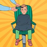 Pop Art Young Boy Getting en frisyr Ungen i barberare shoppar Frisör Cutting Child Hair stock illustrationer