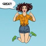 Pop Art Young Excited Woman Jumping och göra en gest upp stora tummar med den komiska anförandebubblan utmärkt Arkivbild