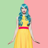 Pop-Arten-Frauenporträt, das blaue gelockte Perücke trägt Stockbilder