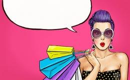 Pop-Arten-Mädchen mit Einkaufstaschen Komische Frau Reizvolles Mädchen Stockfoto