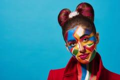 Pop-Arten-Porträt des Modells bunte Zahlen auf ihrem Gesicht tragend Stockbilder