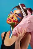 Pop-Arten-Porträt des Modells bunte Zahlen auf ihrem Gesicht tragend Lizenzfreies Stockfoto