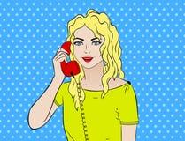 Pop-Arten-Weinlese komisch Mädchen, das am Telefon spricht Comic-Buch-Retrostil Technologie und Kommunikation Stockbild