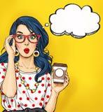 Pop-artmeisje met koffiekop in glazen met gedachte bel Het uitstekende etiket van de theetijd De kaart van de verjaardag Hollywoo