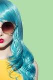 Pop-artvrouw die blauwe krullende pruik dragen royalty-vrije stock afbeelding