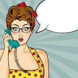 Pop-artvrouw die op retro telefoon babbelen Grappige vrouw met toespraak stock afbeeldingen