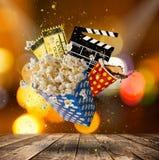 Pop-corn, εισιτήρια κινηματογράφων, clapperboard και άλλα πράγματα στην κίνηση Στοκ Φωτογραφίες