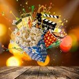Pop-corn, εισιτήρια κινηματογράφων, clapperboard και άλλα πράγματα στην κίνηση Στοκ φωτογραφίες με δικαίωμα ελεύθερης χρήσης