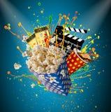 Pop-corn, εισιτήρια κινηματογράφων, clapperboard και άλλα πράγματα στην κίνηση Στοκ Φωτογραφία