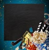 Pop-corn, εισιτήρια κινηματογράφων, clapperboard και άλλα πράγματα στην κίνηση Στοκ εικόνες με δικαίωμα ελεύθερης χρήσης