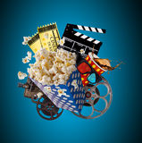 Pop-havre, filmbiljetter, clapperboard och annan saker i rörelse Royaltyfria Bilder