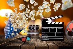 Pop-havre, filmbiljetter, clapperboard och annan saker i rörelse Royaltyfri Fotografi