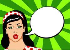 Pop illustratie van een mooie vrouw met speld omhoog kijkt met een bel waarin u een reclamebericht kunt zetten royalty-vrije stock afbeeldingen