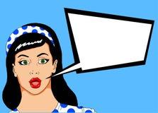Pop illustratie van een mooie vrouw met speld omhoog kijkt met een bel waarin u een reclamebericht kunt zetten stock afbeelding